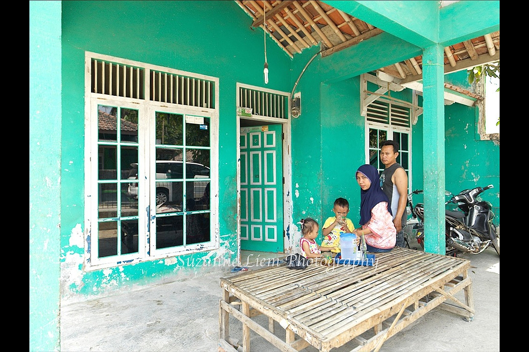 Ibu Tijeng rebuilt her house in the garden of her granddaughter, using a part of the compensation money she received from the Dutch government.<br />