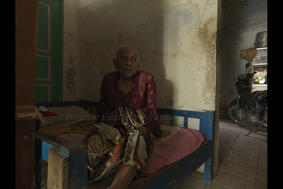 Granddaughter of ibu Tijeng: `This house is the old one. The other house is new. It's still the same as you visited before. We didn't fix anything`. Daughter: `We gave the money in cash on that bamboo seat to 3 people who came here`.<br /><br />